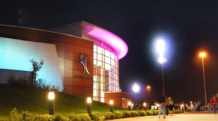 Filmava le ragazzine nude nei camerini del centro commerciale: arrestato 43enne