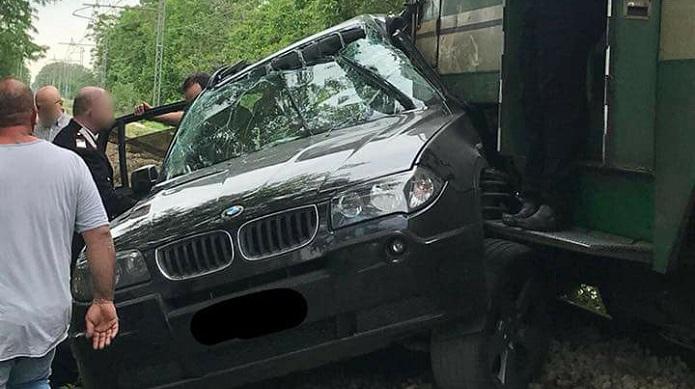 Auto travolta dal treno: drammatico incidente sui binari
