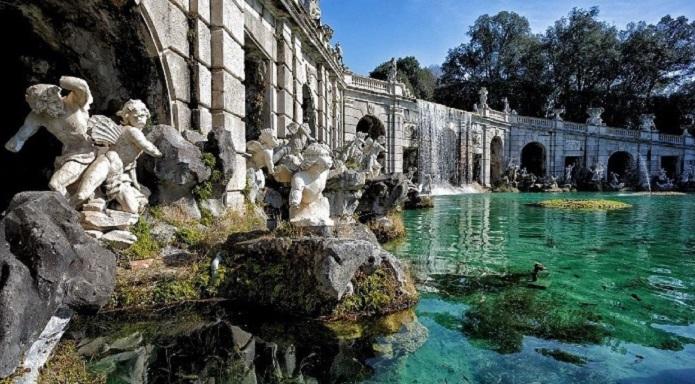 Turista tedesco fa il bagno all 39 interno della reggia di caserta denunciato - Bagno in tedesco ...