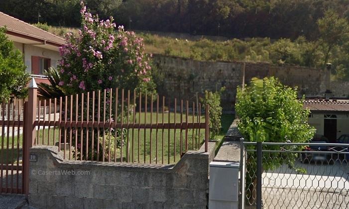 Caserta, il muro borbonico di San Leucio non riesce a contenere l'acqua piovana e rischia di crollare sulle abitazioni sottostanti   - CasertaWeb