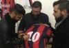 Nicola Mancino firma una sua maglia