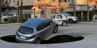 Auto nella voragine a San Nicola la Strada