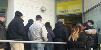 Fila pensionati alla posta