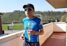 Il retrorunner Alberto Venturelli corre la mezza maratona sul balcone di casa