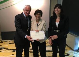 Valeria Poli dell'Università di Torino (al centro), riceve il premio Top Italian Women Scientists 2016