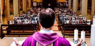 Il parroco di Robbiano di Giussano celebra la messa con le foto dei suoi parrocchiani