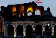 Quattro ragazzi salgono sul tetto dell'Anfiteatro Campano