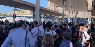 Molo Beverello preso d'assalto dai turisti diretti alle isole