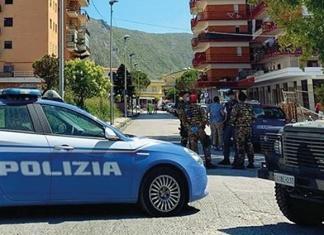 Tensione a Mondragone, la comunità bulgara scende in piazza