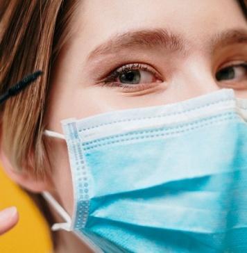 Alleata contro il virus, irritante per la pelle: rimedi e make up da inserire nella beauty routine per convivere con la mascherina