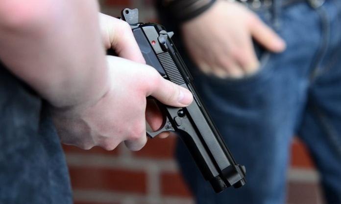 Pugnali, sciabole e decine di armi da fuoco nascoste in casa: arrestato un 63enne di Santa Maria C.V