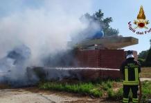 Calvi Risorta: incendio nell'ex parcheggio Cales dell'autostrada. Fiamme domate prima che invadessero il bosco