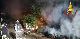 Duecento metri quadrati di rifiuti in fiamme tra San Marcellino e Trentola Ducenta