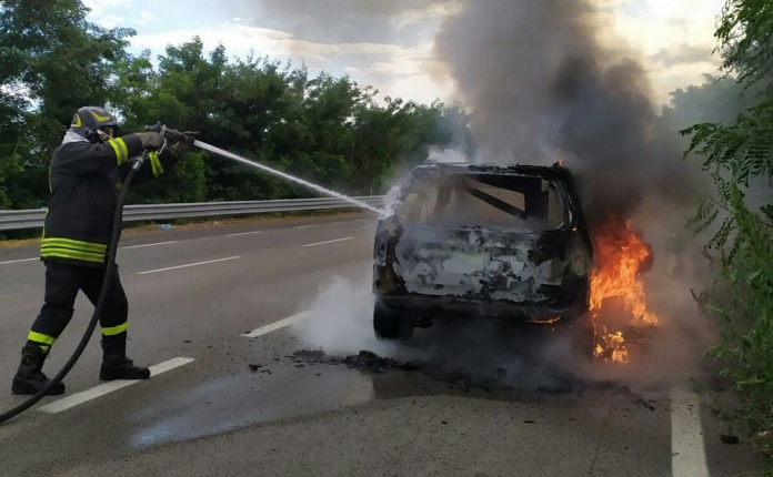 Auto prende fuoco