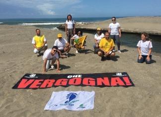 """""""Che vergogna"""":blitz di Legambiente sulla foce del torrente Agnena a Mondragone"""