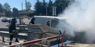 Furgone avvolto dalle fiamme al casello di Caianello dell'autostrada