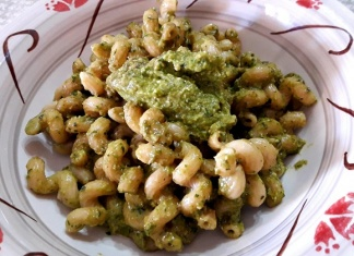 Cellentani integrali con pesto ai peperoncini verdi
