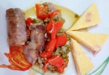 Salsiccia con peperoni e piselli