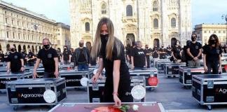 Bauli in piazza, la manifestazione tenuta dagli operatori dello spettacolo in piazza Duomo a Milano
