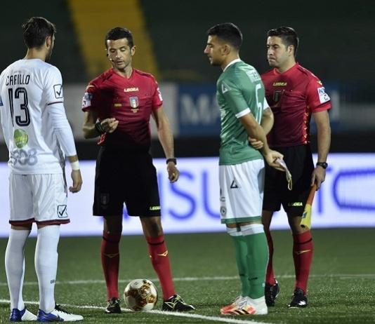 L'arbitro Cudini di Fermo insieme ai capitani Carillo e Miceli (Foto di Giuseppe Scialla)