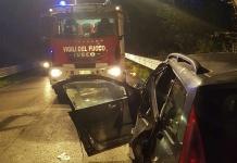 Scontro frontale, i due conducenti incastrati nelle lamiere, uno dei quali è morto