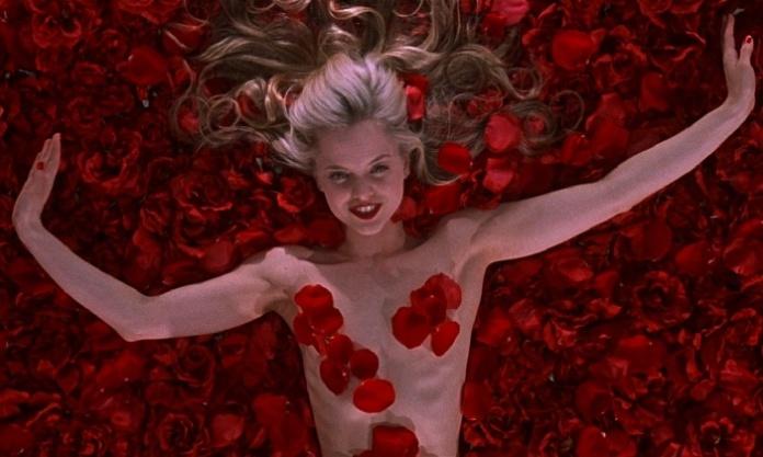 Una scena di American Beauty, film del 1999 scritto da Alan Ball e diretto da Sam Mendes