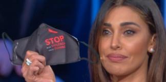 Belen con la mascherina contro la violenza sulle donne