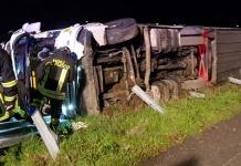 Caserta, un autotreno si ribalta, conducente rimasto bloccato nella cabina