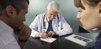 """""""I medici di famiglia non sono tenuti a visitare i pazienti Covid a domicilio"""". Scoppia la polemica"""
