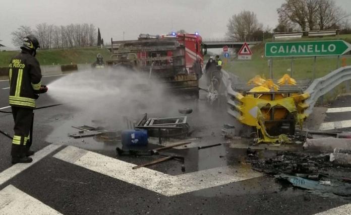Furgone avvolto dalle fiamme in autostrada, intervengono i Vigili del Fuoco di Caserta