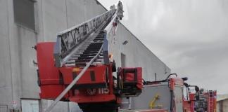 Vigili del Fuoco durante l'intervento al capannone della DHL