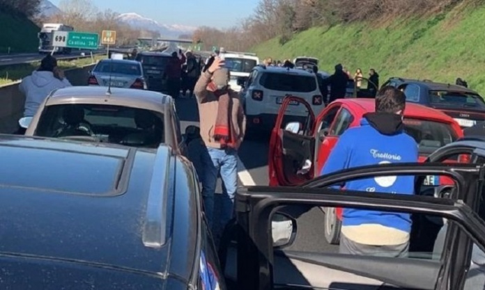I ristoratori bloccano l'autostrada. Code di chilometri sulla A1 direzione Roma, tra Capua e Caianello