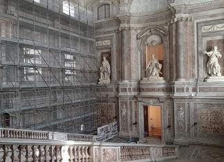 """Reggia di Caserta: lavori di restauro allo Scalone Monumentale e quegli """"sfregi storici"""" da preservare"""