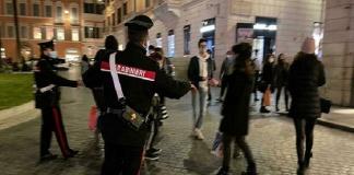 Due carabinieri feriti da un giovane durante un controllo anti assembramento