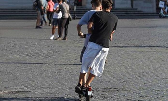 Monopattini in città, boom di incidenti tra i giovanissimi. Buche e selfie sotto accusa