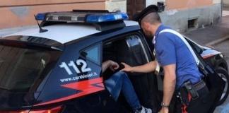 Spacca la faccia al padre e minaccia la sorella: arrestato ieri un 34enne di Baia Domizia