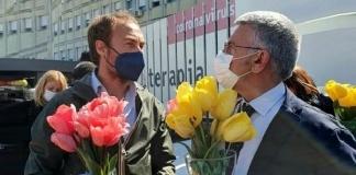 Giovane contadino dona 10mila tulipani agli ospedali Covid e Rsa