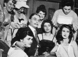 Scena d'insieme nello spettacolo L'Opera da Tre Soldi con Tino Carraro al centro