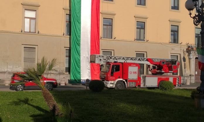 Tricolore schierato dai Vigili del Fuoco sulla facciata del Palazzo del Governo di Caserta
