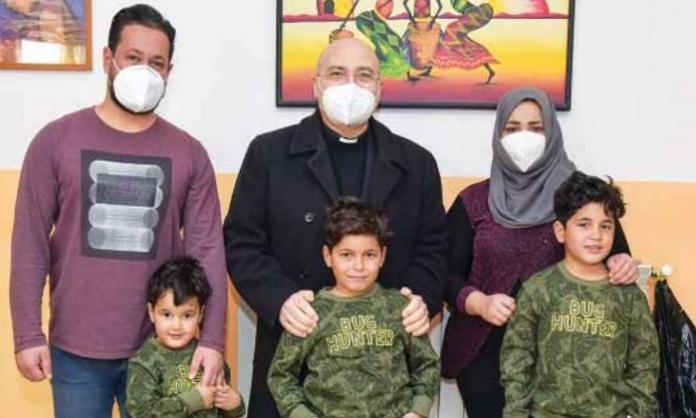 Il Vescovo di Caserta Mons. Lagnese con la famiglia irachena