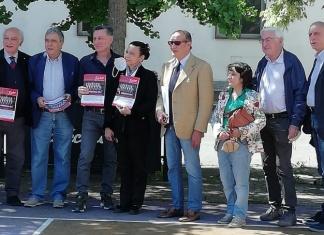Il numero speciale di Baskettissimo dedicato al trentennale dello scudetto della Juvecaserta consegnato a Gianfranco Maggio