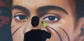 L'artista Jorit dipinge un ritratto di Frida Kahlo presso La Reggia Designer Outlet di Marcianise