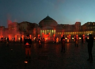 Luci rosse e palloncini bianchi in piazza Plebiscito a Napoli