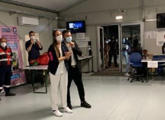 Caserta, sorpresa per un'infermiera all'hub vaccinale della Brigata Garibaldi, il fidanzato chiede di sposarlo