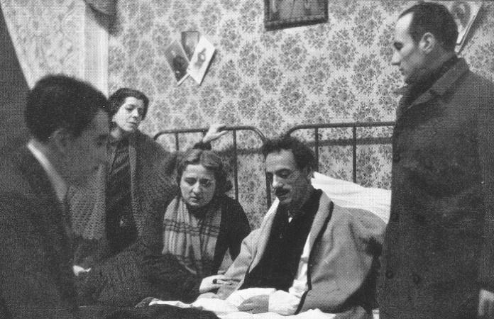 Da sinistra in primo piano Peppino De Filippo Tina Pica Titina De Filippo Eduardo De Filippo e P Ragucci