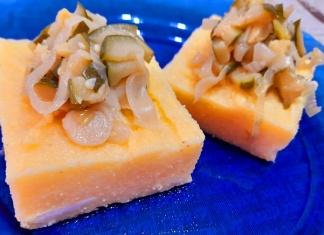 Quadretti di polenta con zucchine