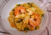 Paella con pollo e gamberi