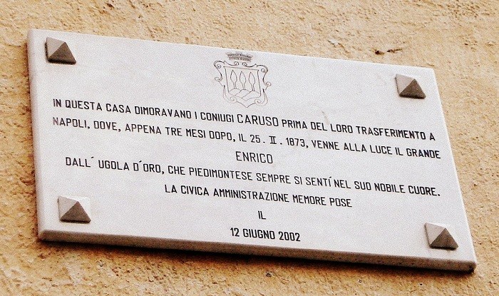 Targa commemorativa sulla casa dei coniugi Caruso a Piedimonte Matese