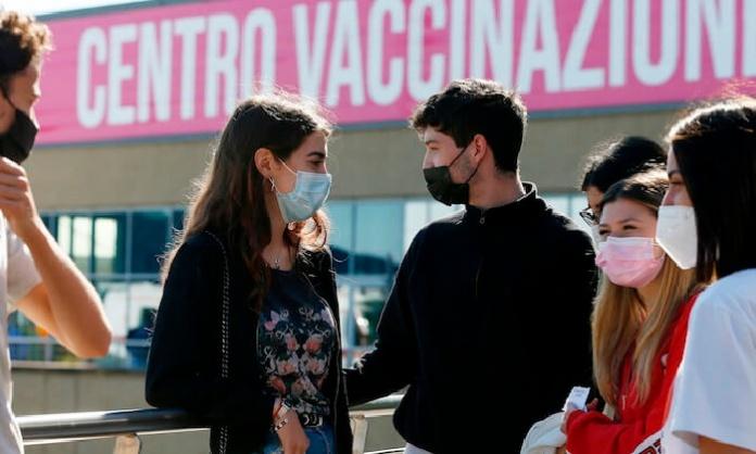 Vaccini, la Campania sospende le nuove prenotazioni perché scarseggiano le dosi