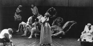 Scena d'insieme dello spettacolo La persecuzione e l'assassinio di Jean Paul Marat